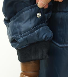 冷気を防ぐリブとボタンの2重袖口