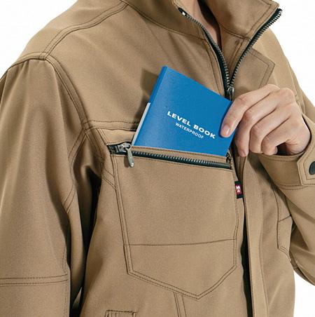 大型ポケット(幅11cm 深さ18.5cm)