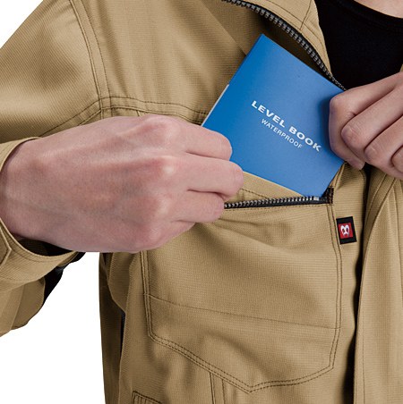 ファスナー付、胸ポケット(深さ19cm)