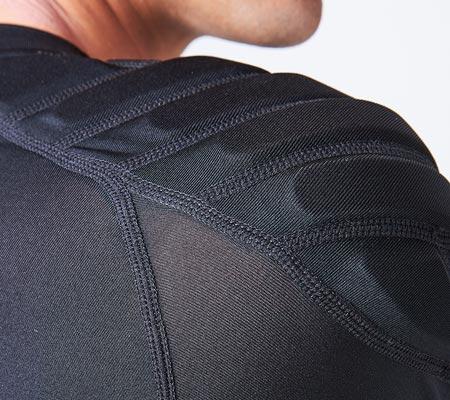 肩の衝撃を吸収する高反発パット