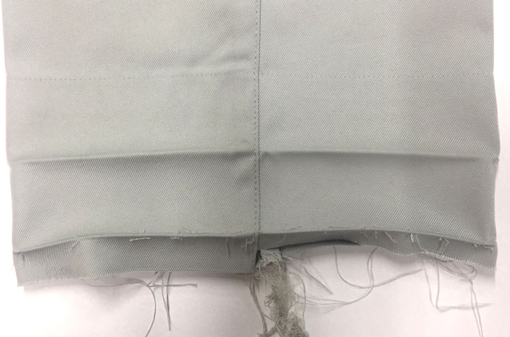 ズボンの裾の縫製をほどきます